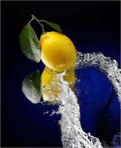 الليمون والماء الدافئ لتخفيف الوزن